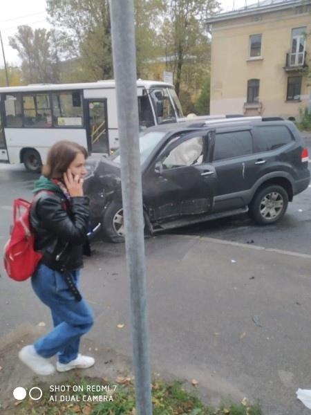 На перекрестке Ткачей и ул Седова. Авария с участием 4 машин. Пожарная и скорая уже уехали. Одну маш...