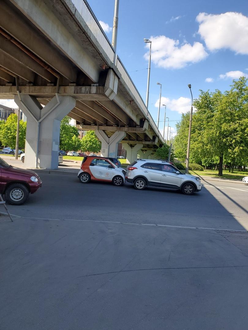 Под Володарским мостом (not very) Smart car въехал в зад Hyundai. Движению не мешают.