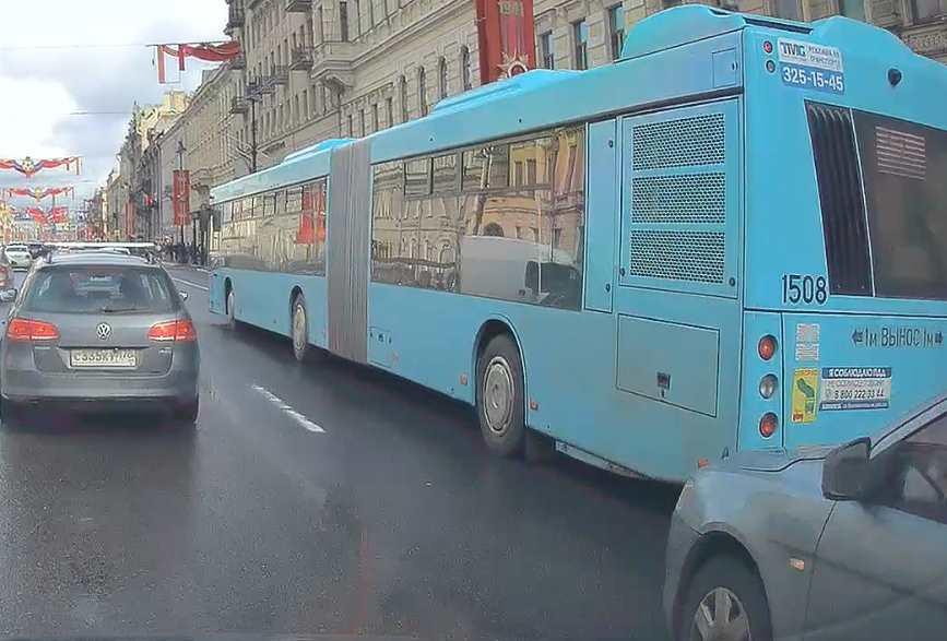 Лансер решил атаковать автобус на Невском проспекте.