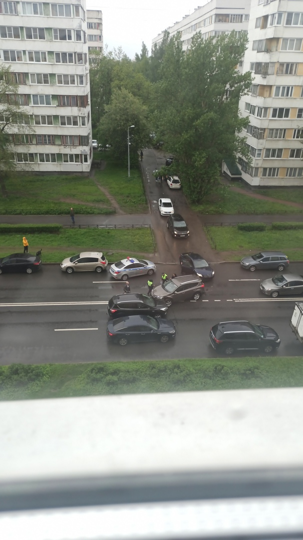 ДТП на Генерала Симоняка в сторону Народного Ополчения. Один выезжал со двора, другой после столкнов...