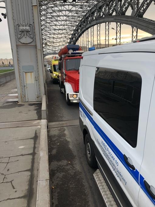 В 9:40 утра мужчина врезался в ограждение на большеохтинском мосту, вышел из машины и спрыгнул с мос...