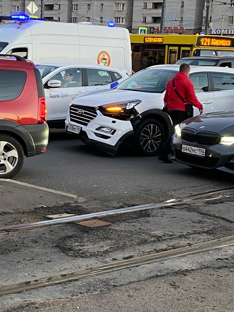 На проспекте Просвещения стоит Hyundai с оторванным бампером без второго участника. Трамваям не мешает