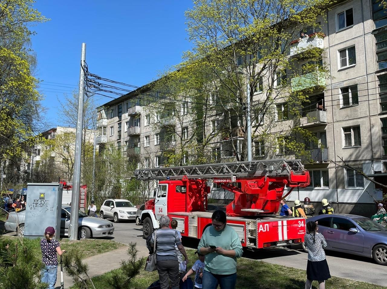 К дому №30 на Руставели приехали 4 пожарных машины, скорая и реанимация. Задымления пока не видно.
