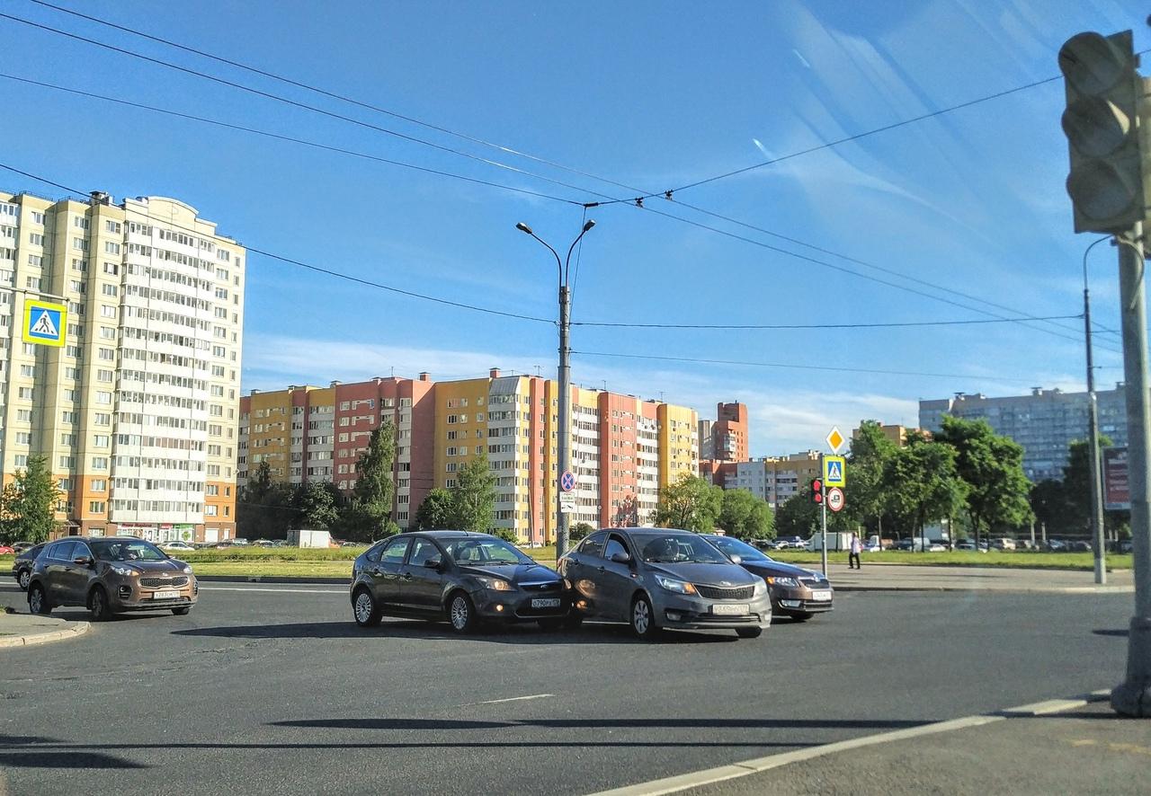 Нарушивший рядность при проезде перекрёстка ул. Маршала Захарова и просп. Маршала Жукова KIA с затёр...