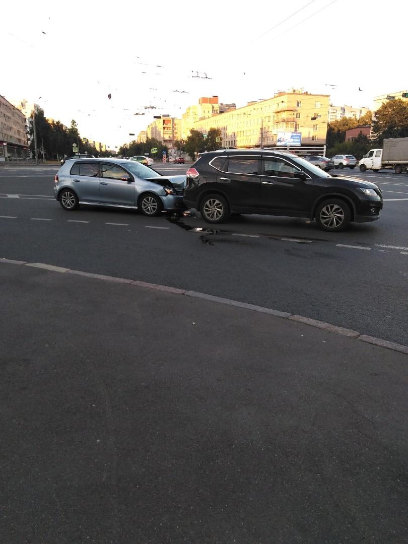 Перекрёсток Дальневосточного и Народной, типичное не соблюдение дистанции. Итог на фото.