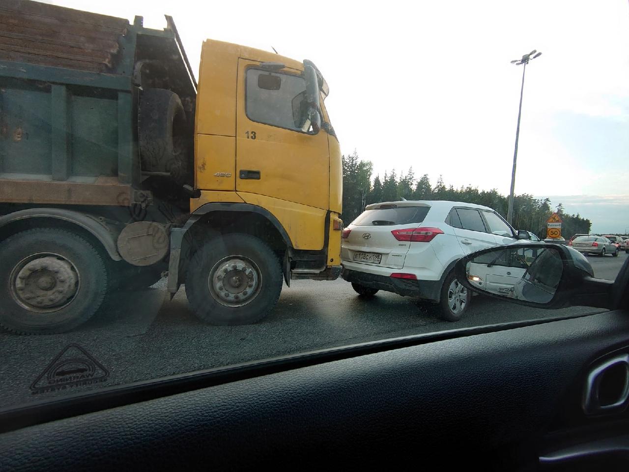На внешней стороне Кад после съезда в Кудрово, в третьей полосе перед ремонтом камаз притёр Hyundai.