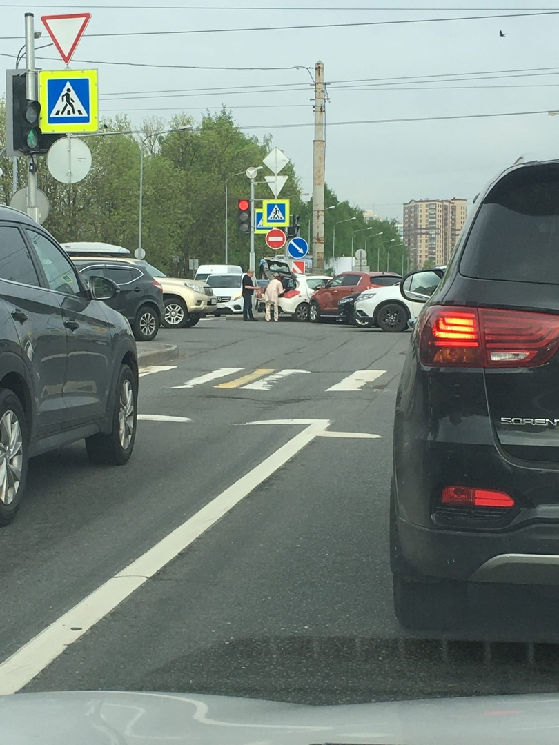 Киа и Peugeot столкнулись на перекрёстке Кондратьевского /маршала Блюхера 8:10 утра .