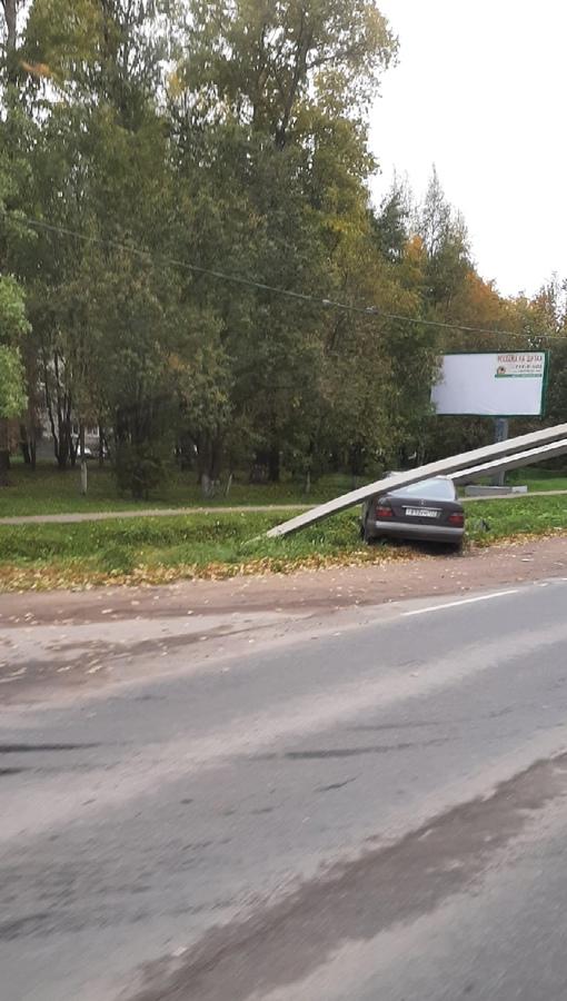 Mercedes в столбе на Дороге Жизни в Романовке.