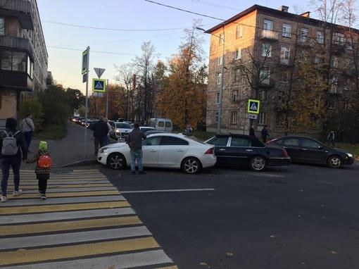 На перекрестке Ольги Берггольц и пр. Елизарова американец и швед не поделили дорогу.