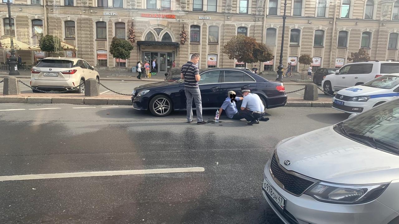 На площади Восстания стражи порядка, судя по всему, оказывают помощь водителю Мерседеса, которому ст...