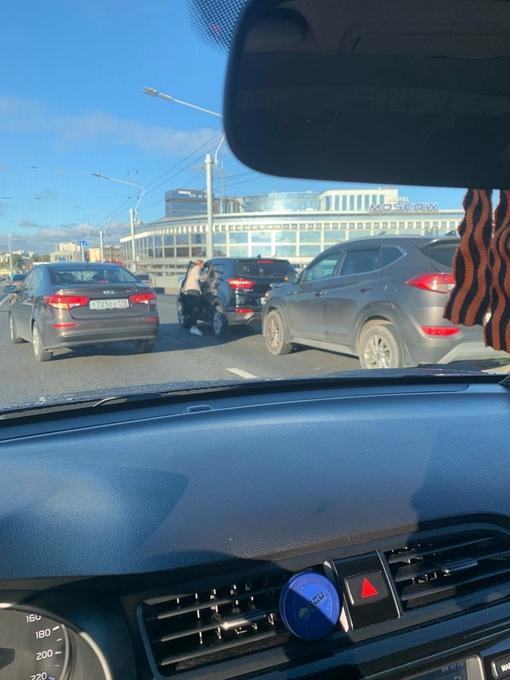 На Мосту Александра Невского пробка почти от м Ладожская