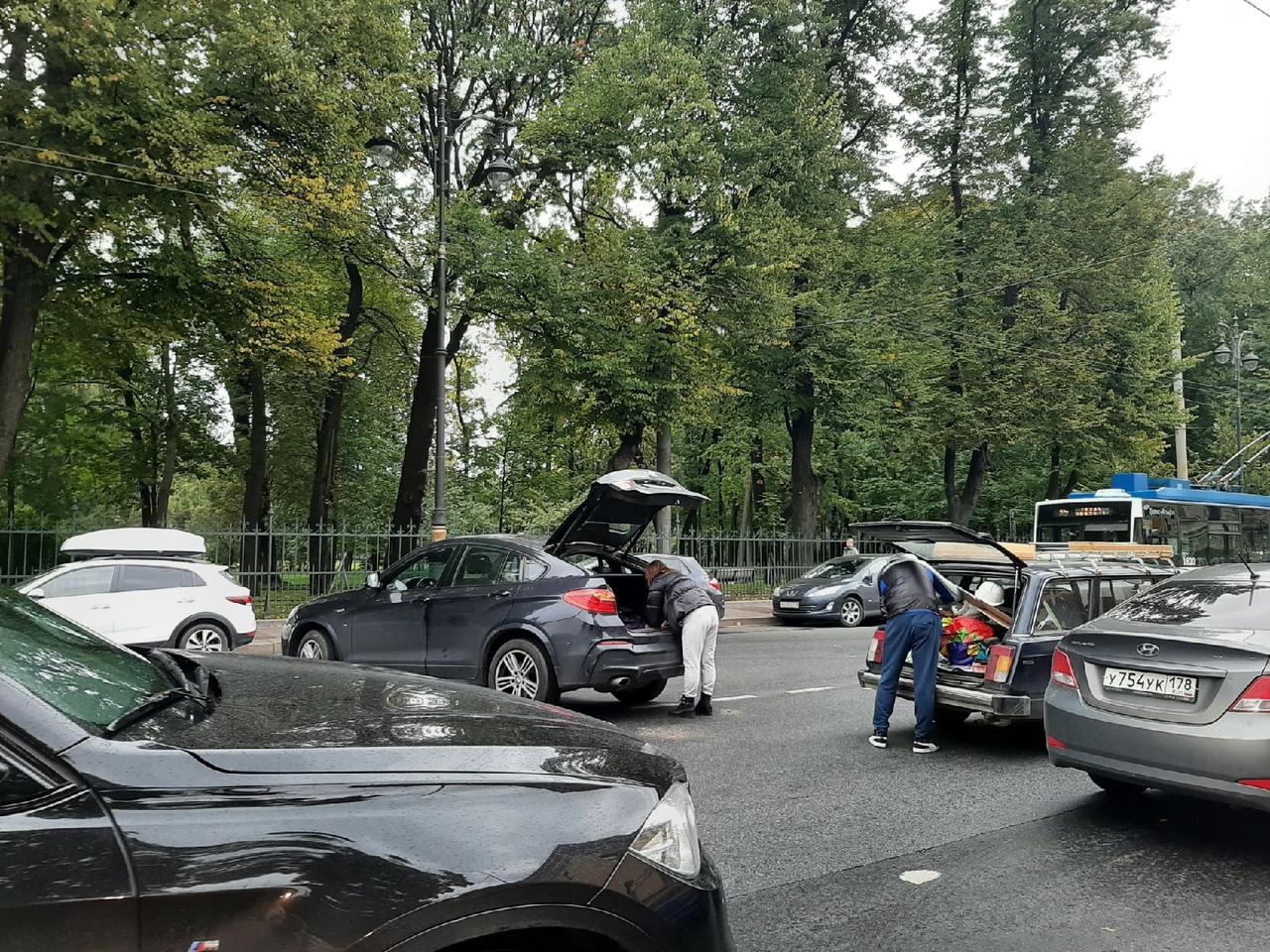 ДТП на Кирочной улице на пересечении с Парадной улицей. Проезду мешают, в сторону Литейного сложно ...