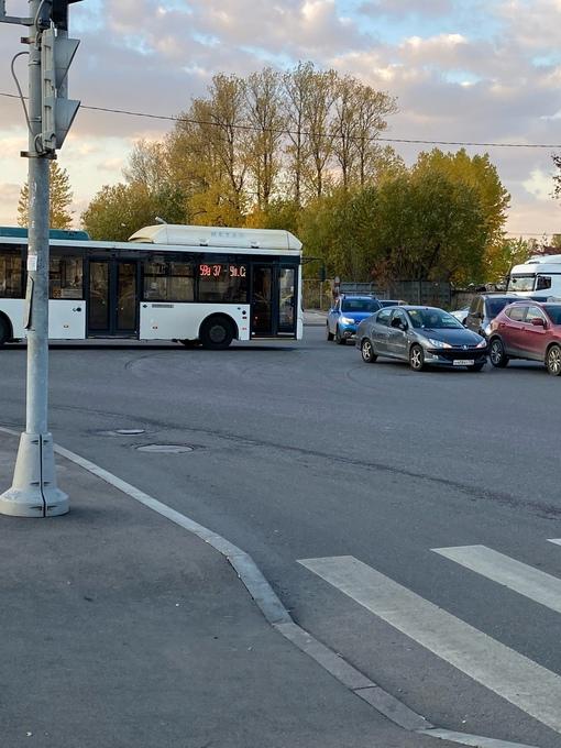 По перекрёстку Софийской и Салова автобус спокойно ехал на зелёный, пока Peugeot пыталось проскочить на...