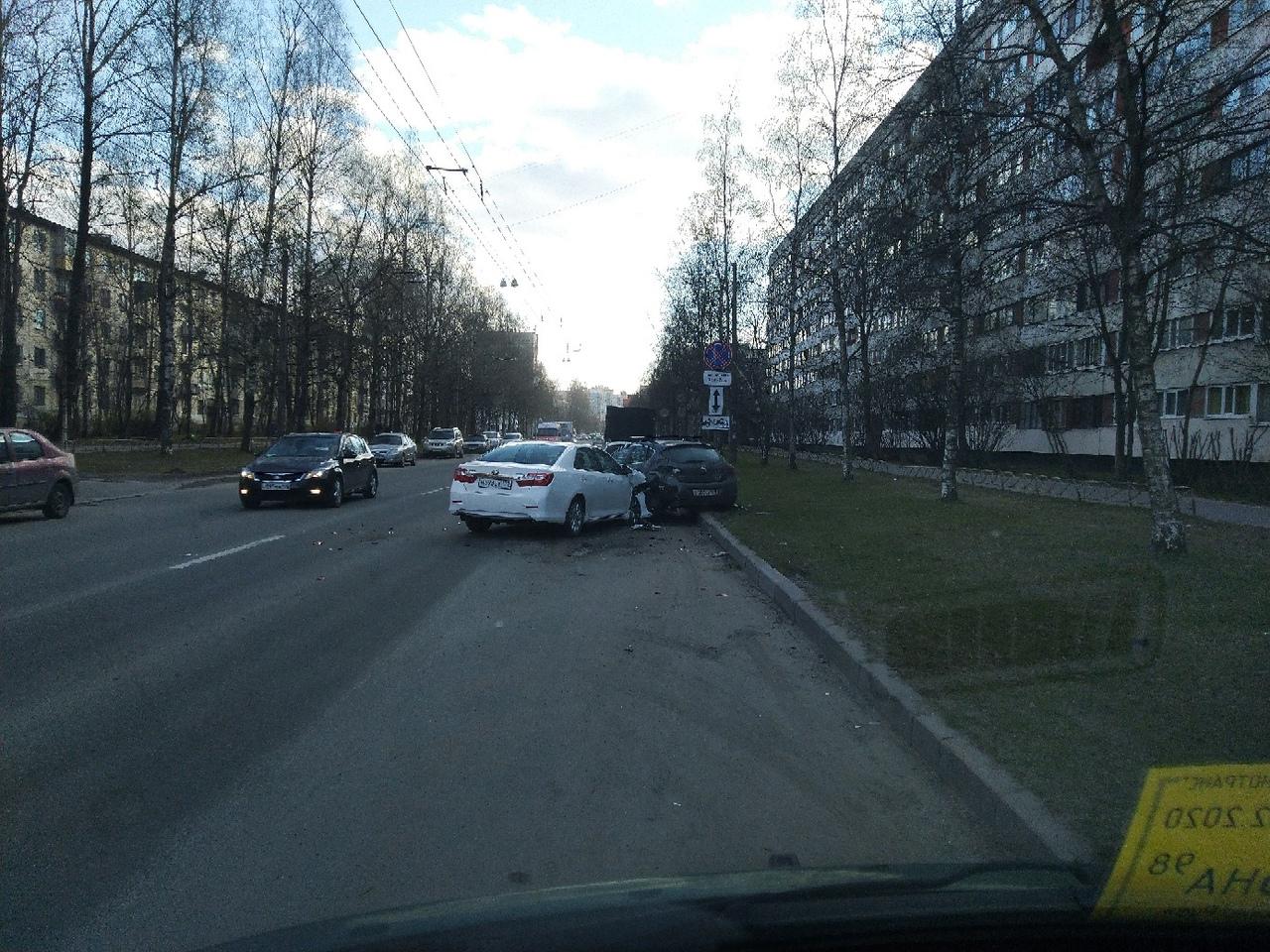 На Софьи Ковалевской Toyota вошла в припаркованный Опель.