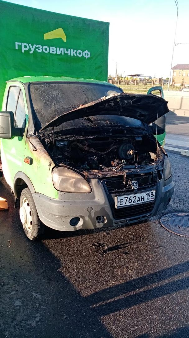 Вчера в 20:00 на Пулковском шоссе напротив ТРАКТОРОДЕТАЛЬ загорелась газель