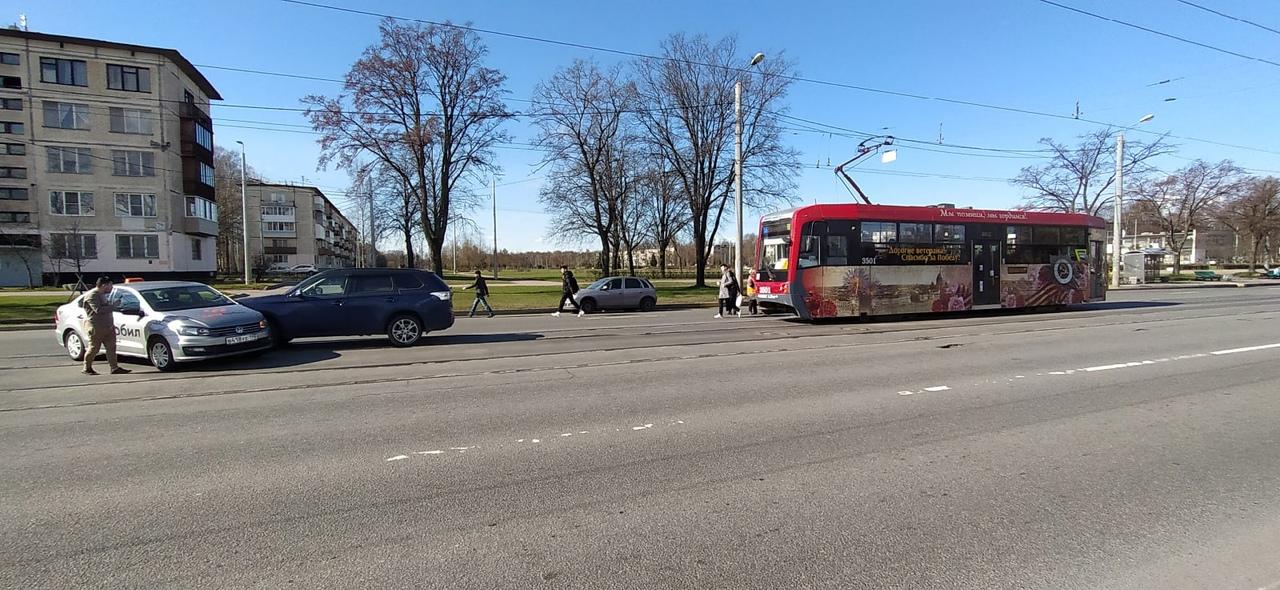 На Науки не доезжая до Руставели столкнулись в 9:35 на трамвайных путях.