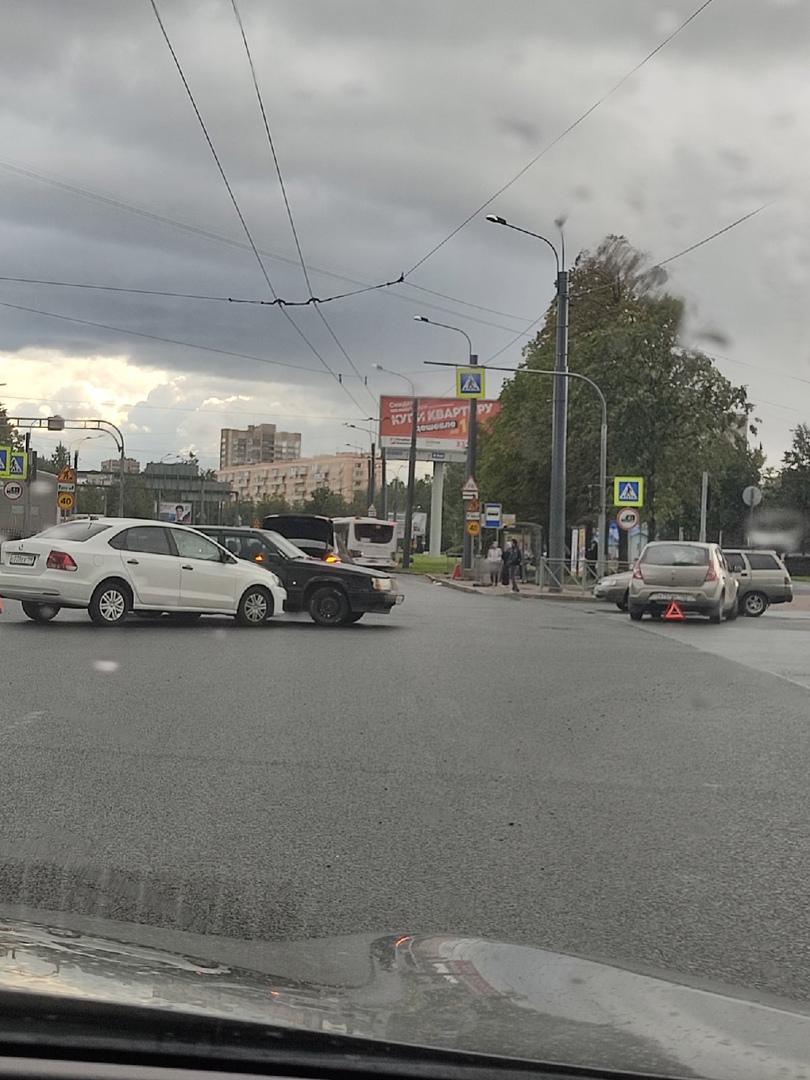 Две аварии сразу на перекрестке Маршала Блюхера и Пискаревского.