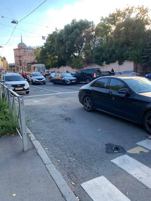 На перекрестке Профессора Попова и Иоанновского переулка три автомобиля перегородили трамвайные пути