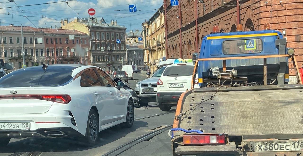 Volkswagen не стал уступать встречному Ниссану при повороте налево с набережной Фонтанки на Стар...