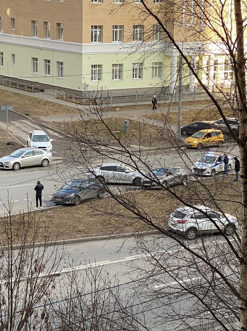 На Туристской напротив дома 31 произошло ДТП с участием 5 машин.