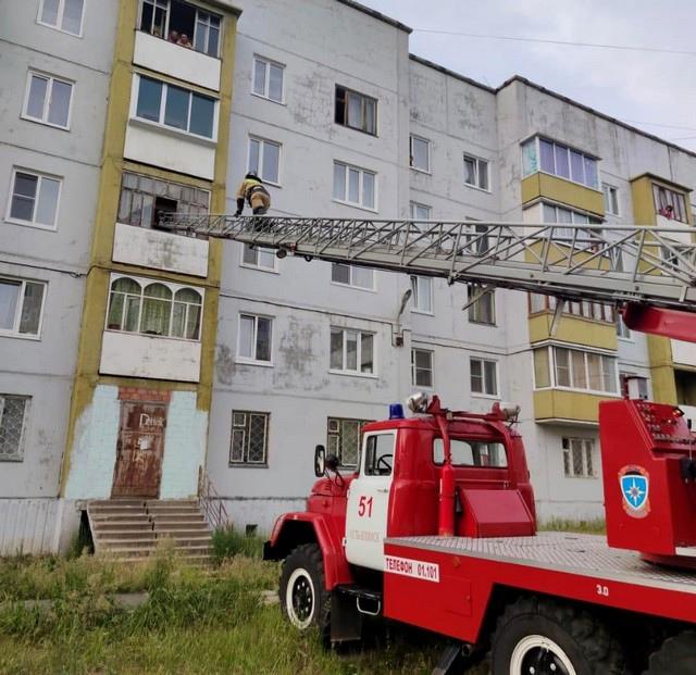 В Усть-Илимске сотрудники МЧС спасли ребёнка, который мог выпасть с балкона