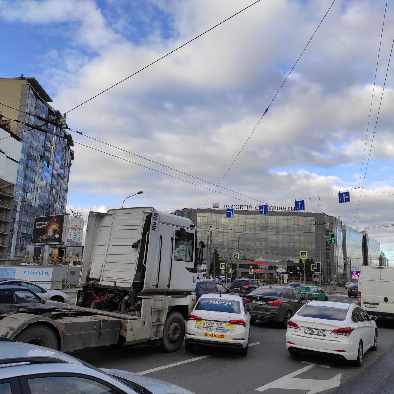 Ситимобил полез под фуру на пересечении Заневского и Энергетиков.