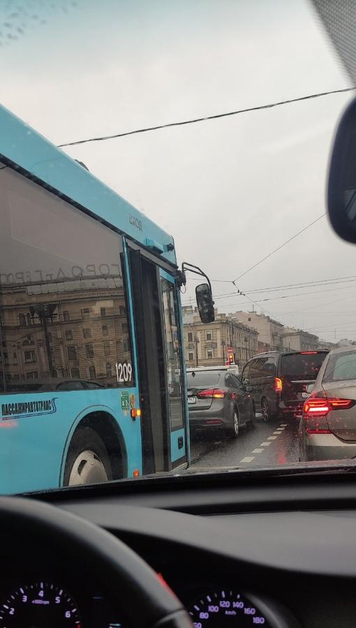 Автобус не успел затормозить у Московского вокзала (по Лиговке) не очень и мешают. Пробка пока не на...