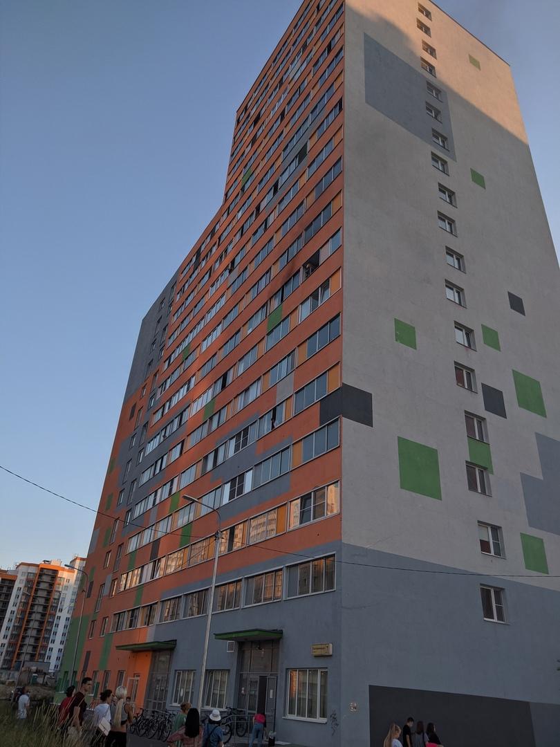 В Мурине на Екатерининской 7 горит квартира, приехали пожарные, соседи закрыли окна лоджии, от куда...