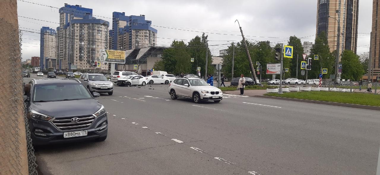 На пересечении Сизова и Королёва произошло ДТП. Одна из машин после столкновения влетела в столб со ...