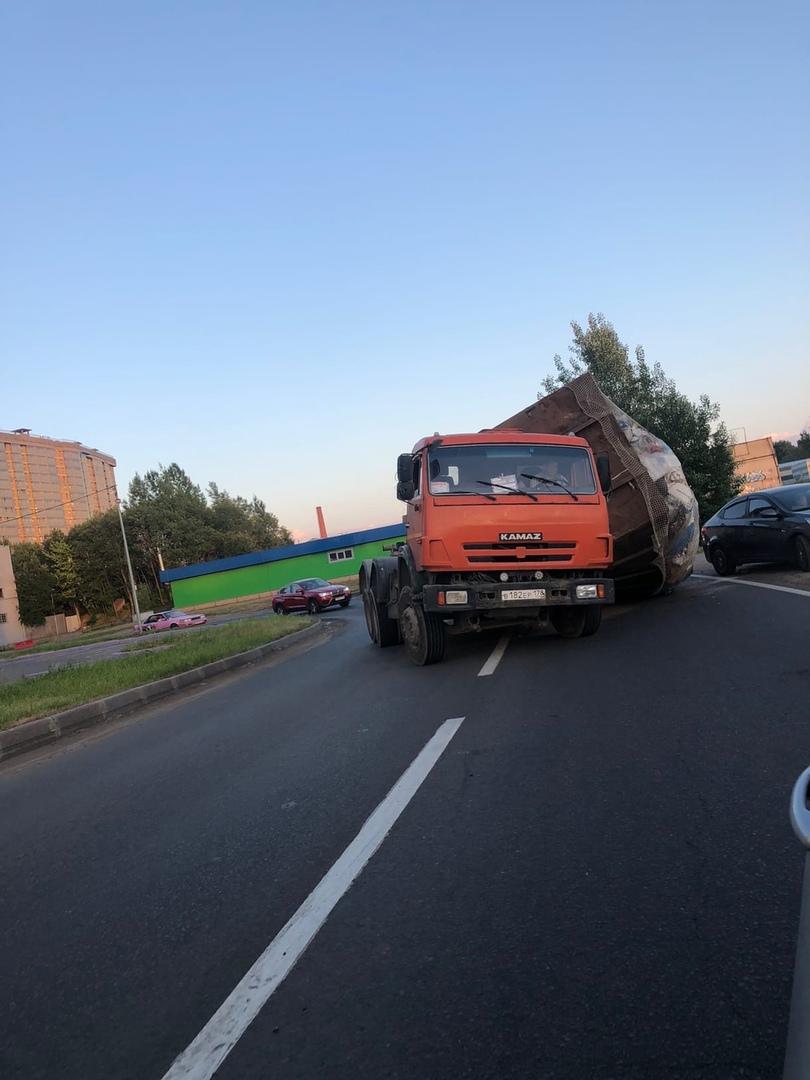 На Полевой Сабировской возле ЖК Богатырь с Камаза упало пухто;