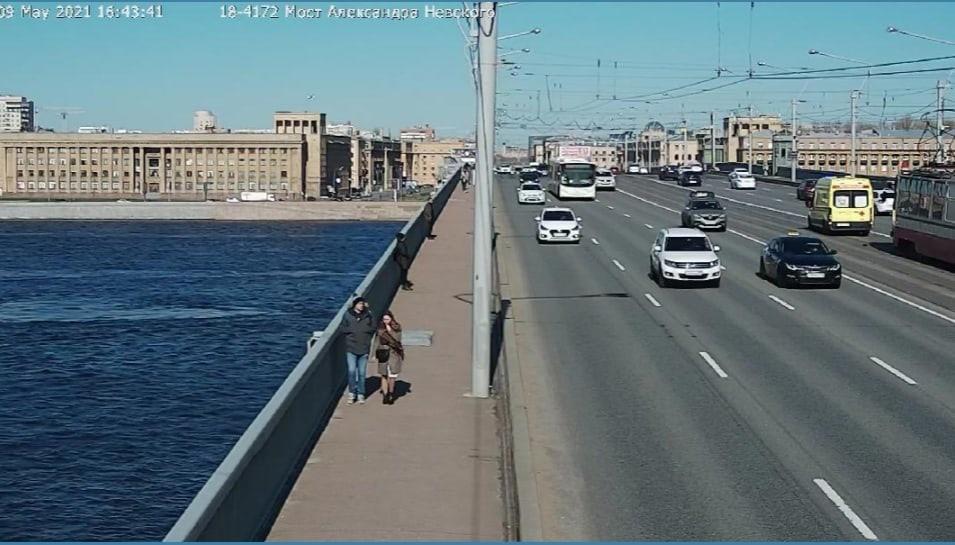 На мосту Александра Невского машина сбила мужчину, тот отлетел на трамвайные пути