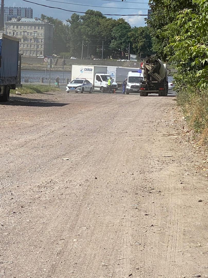 На Октябрьской набережной при повороте на ул. Тельмана дтп с участием юноши на самокате и грузовика....