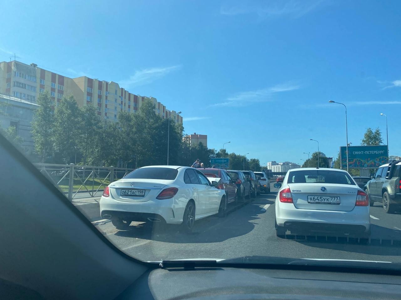 На Приморском шоссе, перед поворотом на Яхтерную, мерс так хорошо разогнался с моста, что догнал лан...