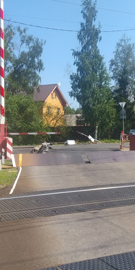 Сегодня в Дибунах (Курортный район) трал положил столб и дорожные знаки у переезда, повредил шлагбау...
