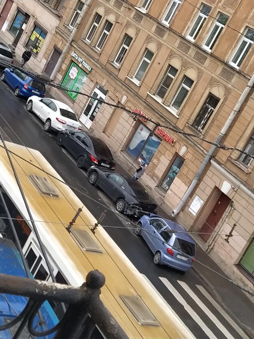 На Кондратьевском 32 Матиз въехал в припаркованный Митсубиси, Митсубиси в Hyundai, Hyundai в Renault.