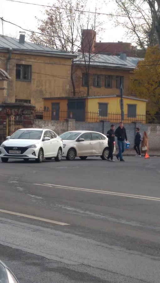 Volkswagen Поло и Hyundai, встретились напротив Больницы Боткина ( Миргородская, д.3)