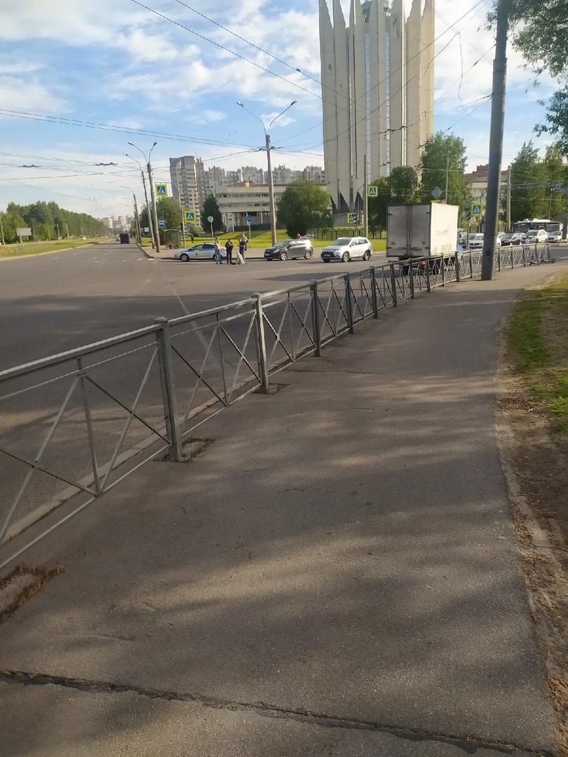 На перекрёстке Тихорецкого и Светлановского. Вероятнее всего девушку сбили на переходе. 2 машины ДП...