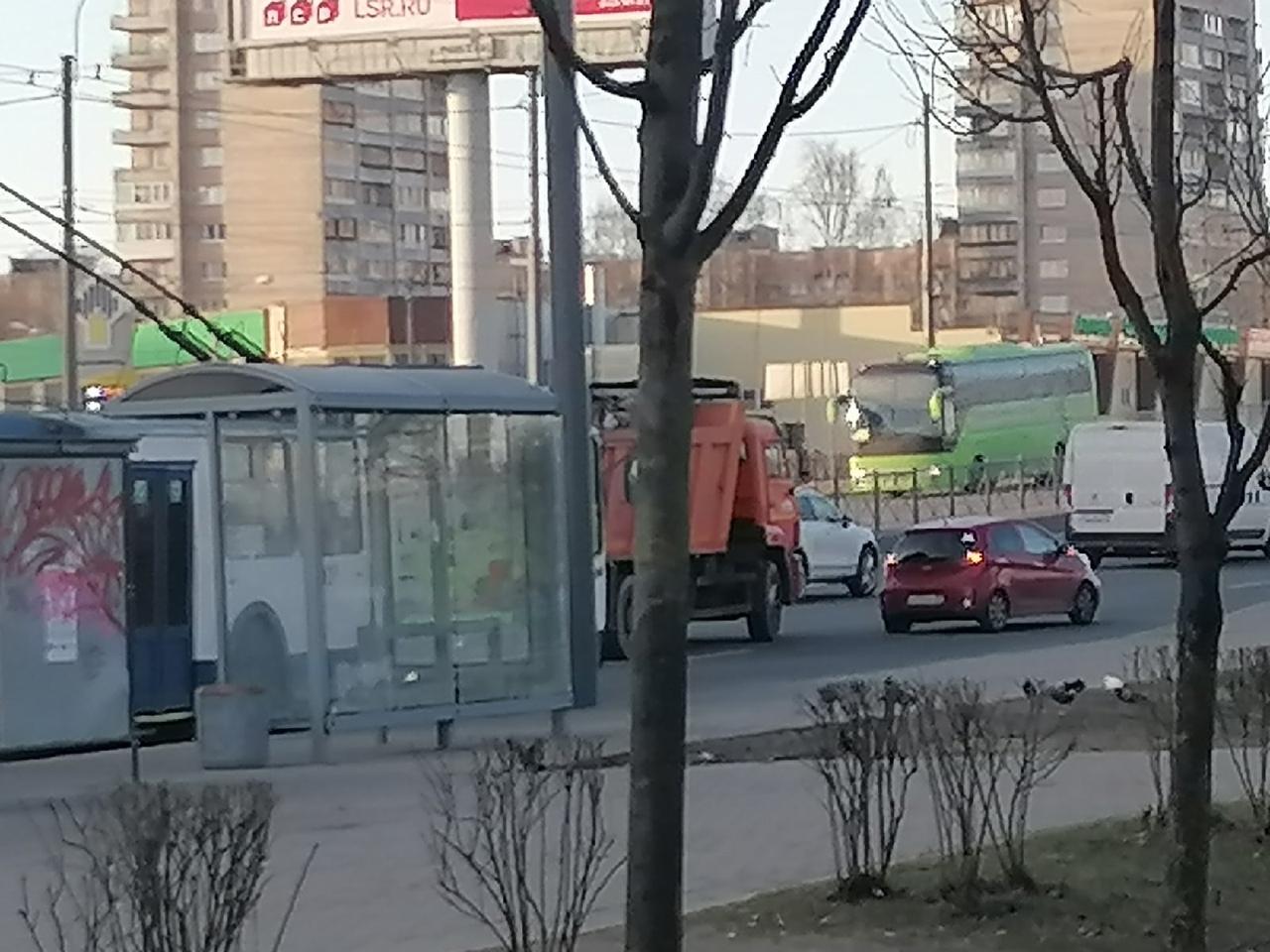 На Пискаревском двойное дтп. Троллейбусы стоят, а машины потихоньку ползут.