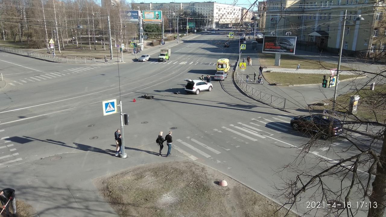 На перекрестке Новочеркасского и Республиканской легковая сбила мопед с пилотом и пассажиром