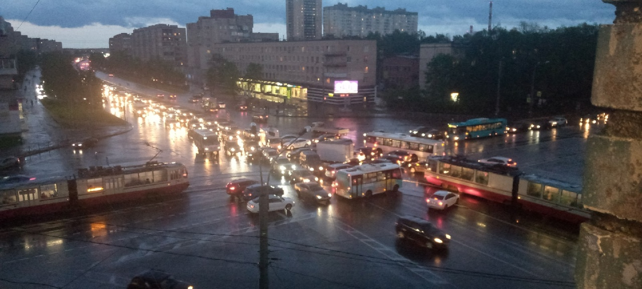 Не работает светофор на пересечении Народной и Дальневосточного.