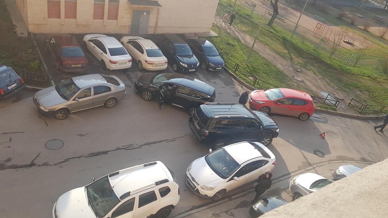 На Богатырском 8, два красавца на Renault и Тойоте перекрыли въезд и выезд со двора. Renault сдавая задом ...