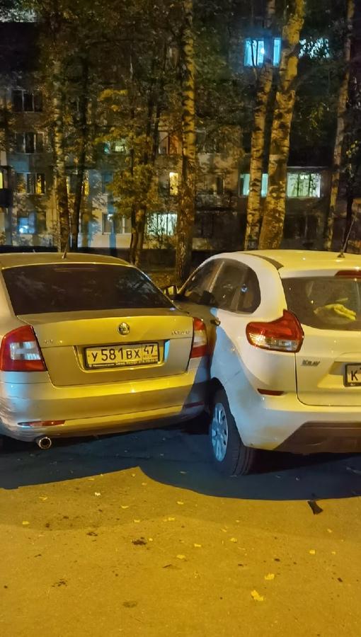 Во дворе домов 97-99 по Светлановскому , около двух ночи, неадекват на старом chevrolet побил припар...