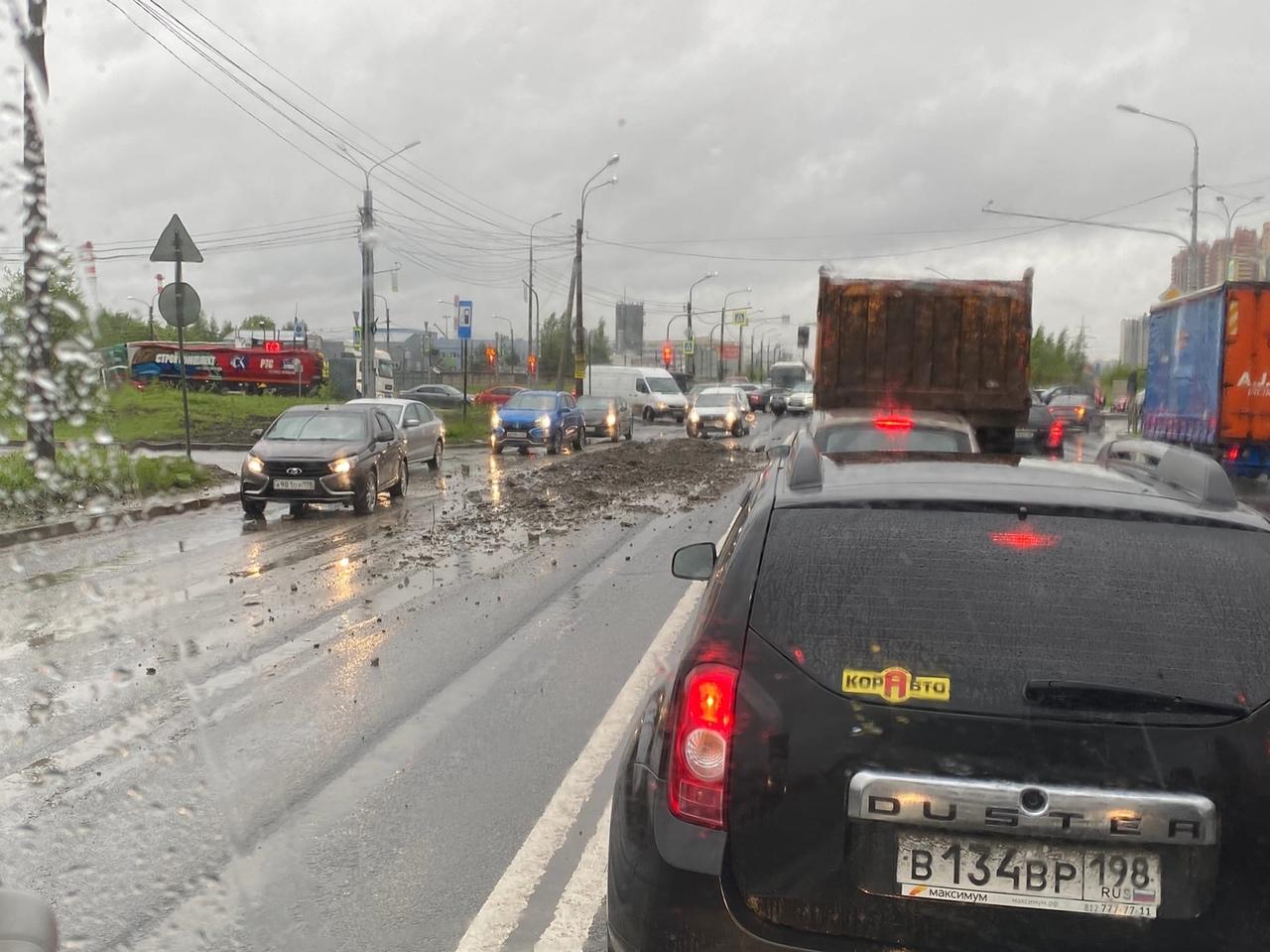 На проспекте Энгельса в сторону КАД у Газпрома, рядом с Заречной, рассыпали грунт.