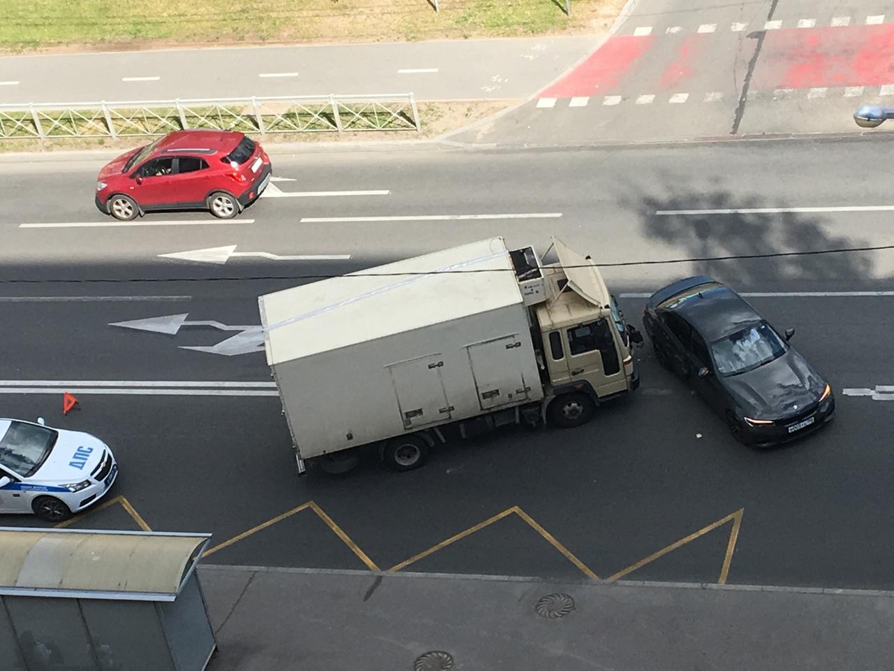 ДТП на Яхтенной у дома 6к1 столкнулись БМВ и грузовик . Объезд по встречке. ДПС уже оформляют.