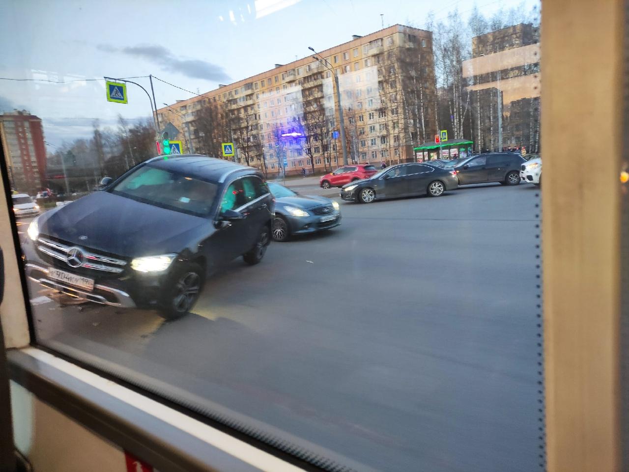 На перекрестке Светлановского проспекта и Учительской улицы новый Мерен придавил старый.