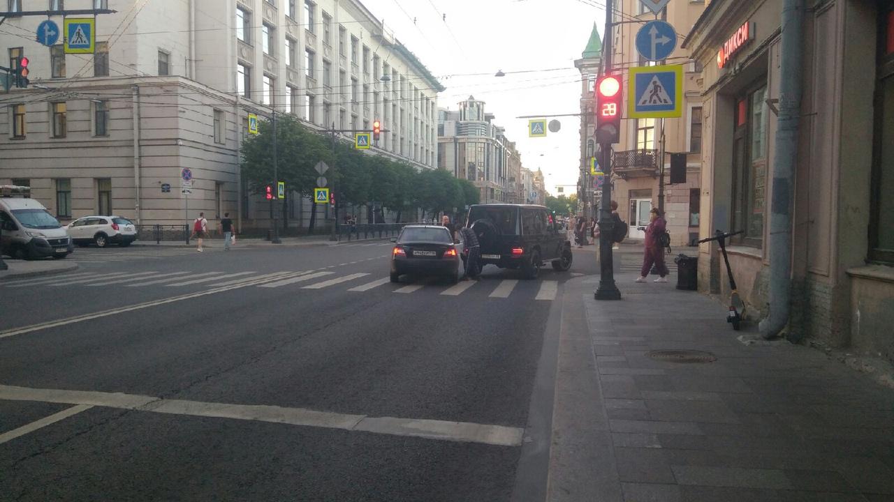 Nexia задела Гелендваген на перекрёстке Суворовского проспекта и 5-й Советской улицы.