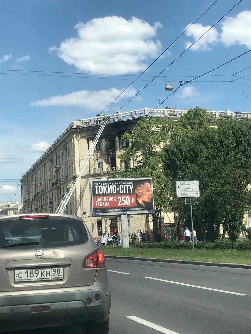 Пожар в доме №46 на проспекте Стачек. По предварительной версии, причиной возгорания стал взрыв эле...