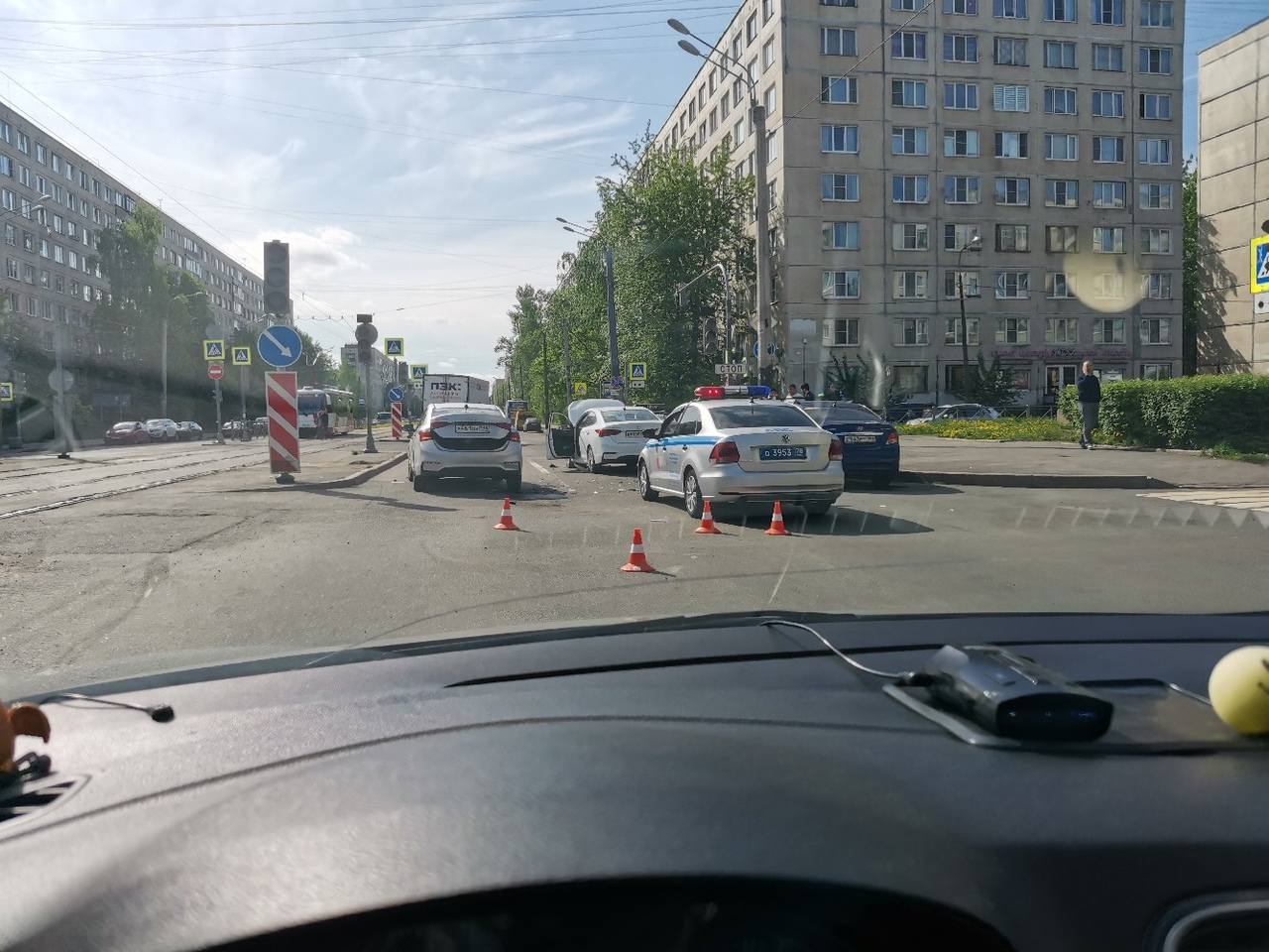 На перекрёстке Купчинской и Пловдивской улиц из - за ДТП перекрыто две полосы. Объезд по Купчинской...