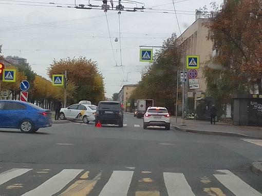 На перекрестке Таллинской и Новочеркасского Рендж Догнал такси