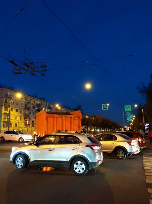 Камаз задел легковую, при повороте с Таллинской на Новочеркасский